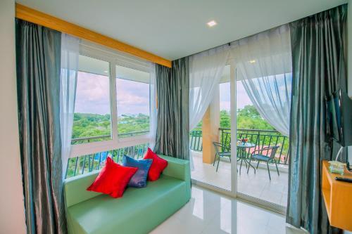 Ein Sitzbereich in der Unterkunft Grand Nai Harn Suites