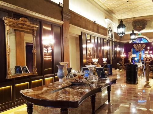 The lounge or bar area at Palazzo Venart Luxury Hotel