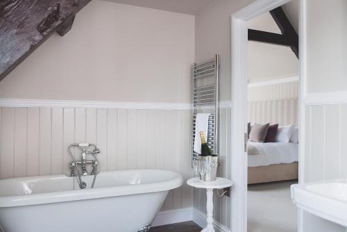 A bathroom at Rose and Crown Yealmpton