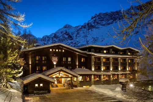 Hotel Hermitage Relais & Châteaux during the winter