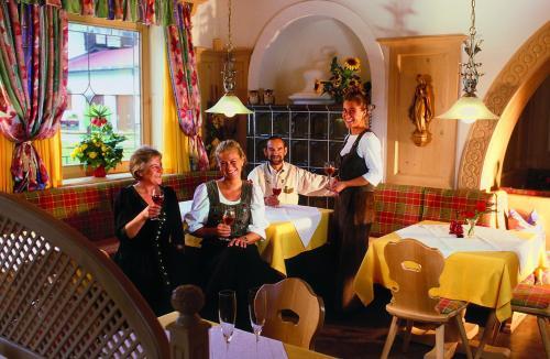 Ein Restaurant oder anderes Speiselokal in der Unterkunft Hotel Sonneck