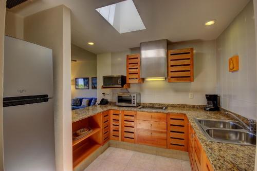 Кухня или мини-кухня в Riviera Maya Suites