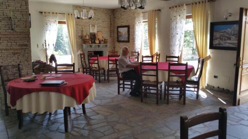 Un restaurante o sitio para comer en Hotel Margjeka