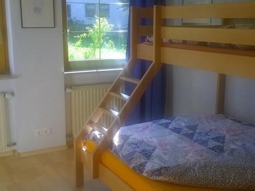 Ein Etagenbett oder Etagenbetten in einem Zimmer der Unterkunft Ferienwohnung Reichart