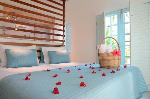 A bed or beds in a room at Praiagogi Boutique Pousada