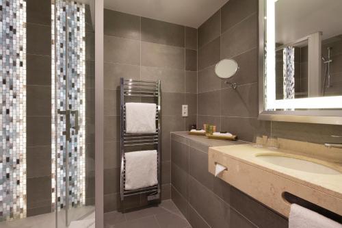 Um banheiro em Le Relais Saint Honoré