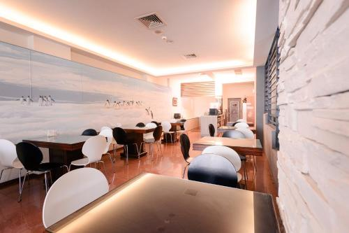 A restaurant or other place to eat at Waugh Den Business Hotel