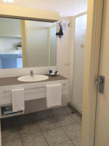 A bathroom at Abel Tasman Waterfront Motel
