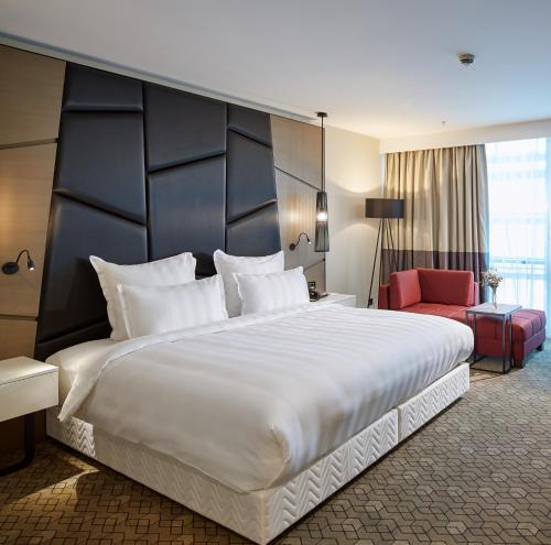 سرير أو أسرّة في غرفة في Pullman Istanbul Hotel & Convention Center