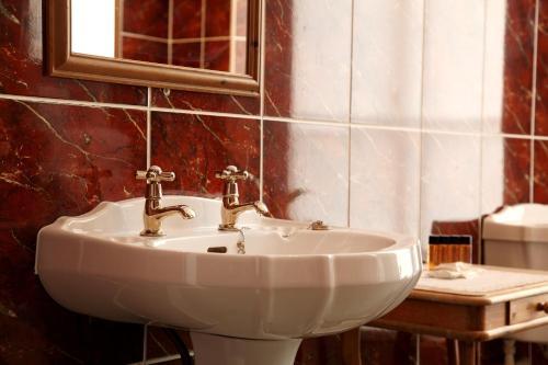 A bathroom at Columba Hotel