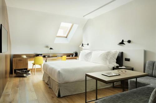 A bed or beds in a room at TÓTEM Madrid, a Small Luxury Hotel of the World