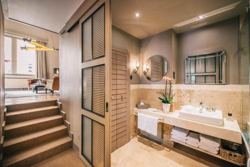 A bathroom at BALTAZÁR Boutique Hotel by Zsidai Hotels at Buda Castle