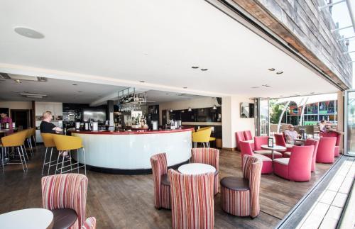 Salon ou bar de l'établissement Holiday Marina Resort