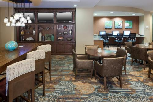 The lounge or bar area at SpringHill Suites by Marriott Dallas Downtown / West End