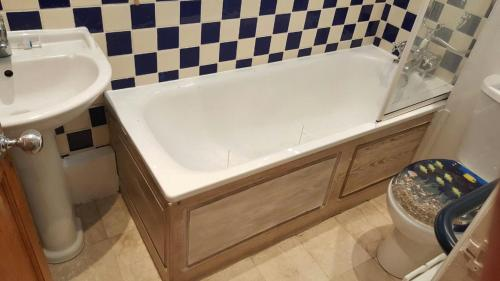 A bathroom at Edwardian Apartment Garden Flat