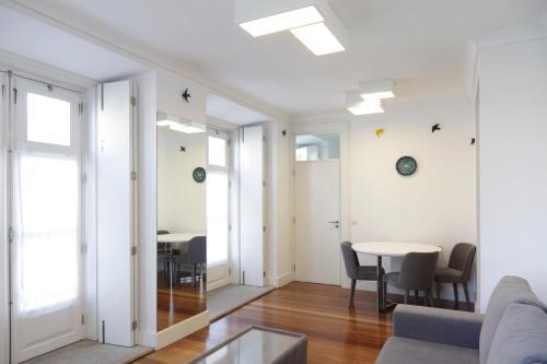 Een zitgedeelte bij Infante Apartment