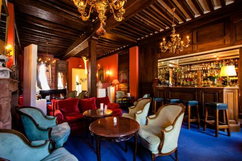 The lounge or bar area at Château de Gilly
