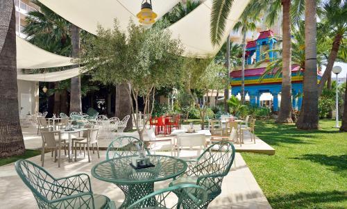 Un restaurante o sitio para comer en Sol Katmandu Park & Resort