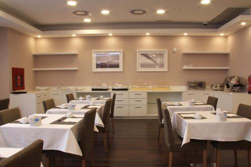A restaurant or other place to eat at Masa Hotel Almirante