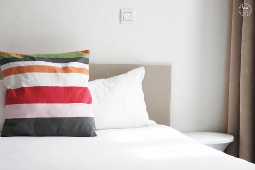A bed or beds in a room at Hôtel Henri IV