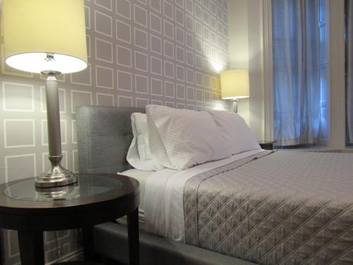 A bed or beds in a room at Washington Park Inn