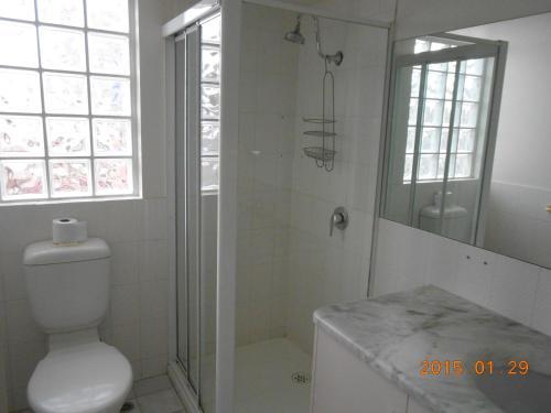 A bathroom at Harringtons102