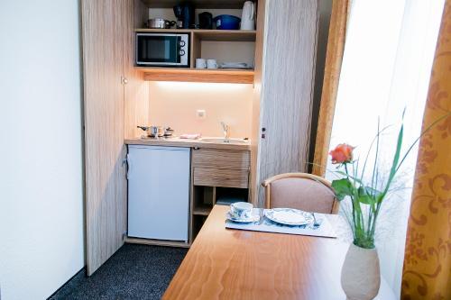 A kitchen or kitchenette at Akzent Hotel Möhringer Hof