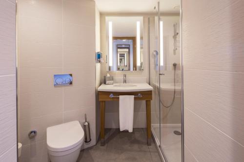 A bathroom at Hampton by Hilton Istanbul Kurtkoy