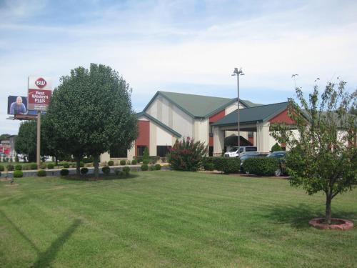 A garden outside Best Western Plus Springfield Airport Inn