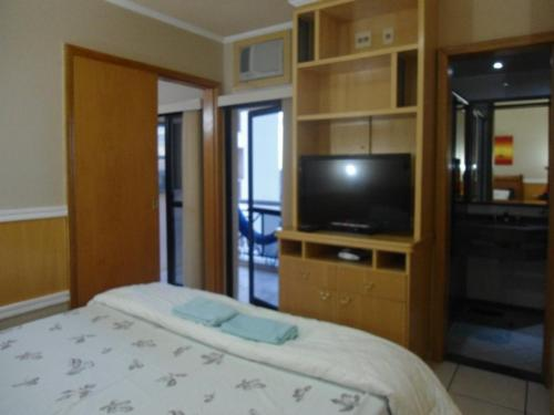 A television and/or entertainment center at Flat Apart-Hotel em Goiânia