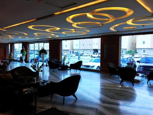 O lounge ou bar de Beet Al Malqa Furnished Apartments