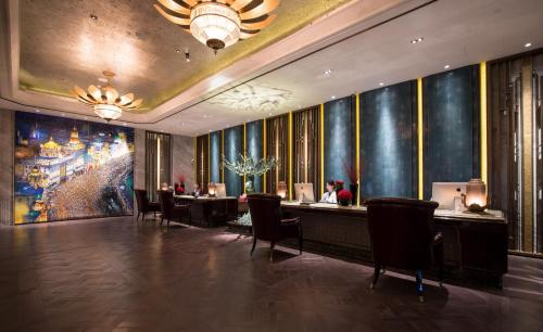 The lobby or reception area at Wanda Reign on the Bund