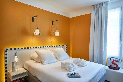 A bed or beds in a room at Hotel Mercure Brest Centre Les Voyageurs