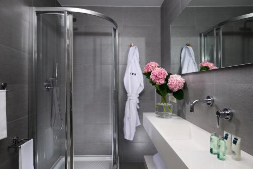 A bathroom at UNAWAY Hotel Forte Dei Marmi