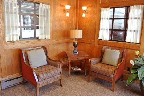 Ein Sitzbereich in der Unterkunft Cow Hollow Inn and Suites