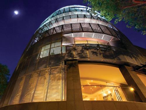 Eine Fassade oder ein Eingang zu D'Hotel Singapore
