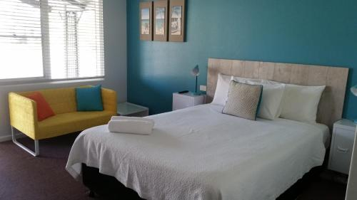 A bed or beds in a room at Karuah Gardens Motel