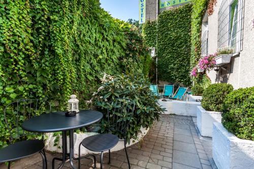 Patio alebo iná vonkajšia časť ubytovania The Secret Garden Hostel