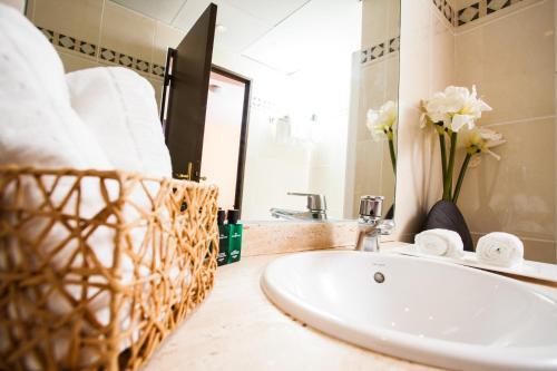 A bathroom at Aeroport Hotel - Parc Expo