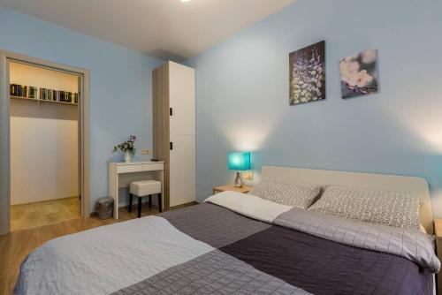 A bed or beds in a room at Like Hostel Sankt-Peterburg na Teatralnoy