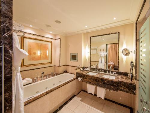 Salle de bains dans l'établissement Grand Hotel Amrâth Kurhaus The Hague Scheveningen