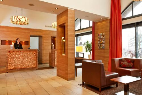 The lobby or reception area at H+ Hotel Lübeck