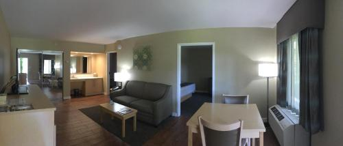 A seating area at Best Western Plus South Coast Inn