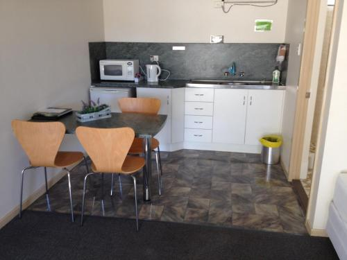 A kitchen or kitchenette at Shell Motel (Pearly Shell Motel)