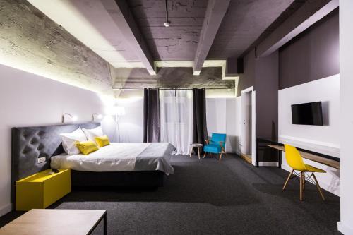 A bed or beds in a room at Hotel Bohemian Garni - Skadarlija