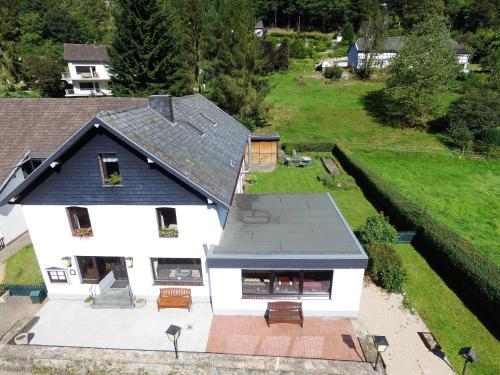 Blick auf Ferienhaus im Wiesengrund aus der Vogelperspektive