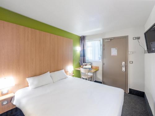 A bed or beds in a room at B&B Hôtel Brest Kergaradec Aéroport