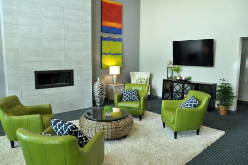 A seating area at Brookstone Lodge & Suites