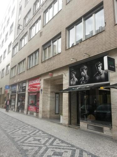 Eine Fassade oder ein Eingang zu Apartments Opletalova 9