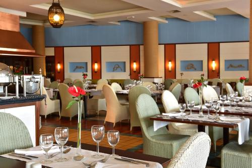 A restaurant or other place to eat at Pestana Porto Santo Beach Resort & SPA